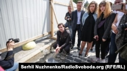 Міністр культури Євген Нищук (крайній ліворуч) на місці спорудження Національного меморіалу Героїв Небесної сотні