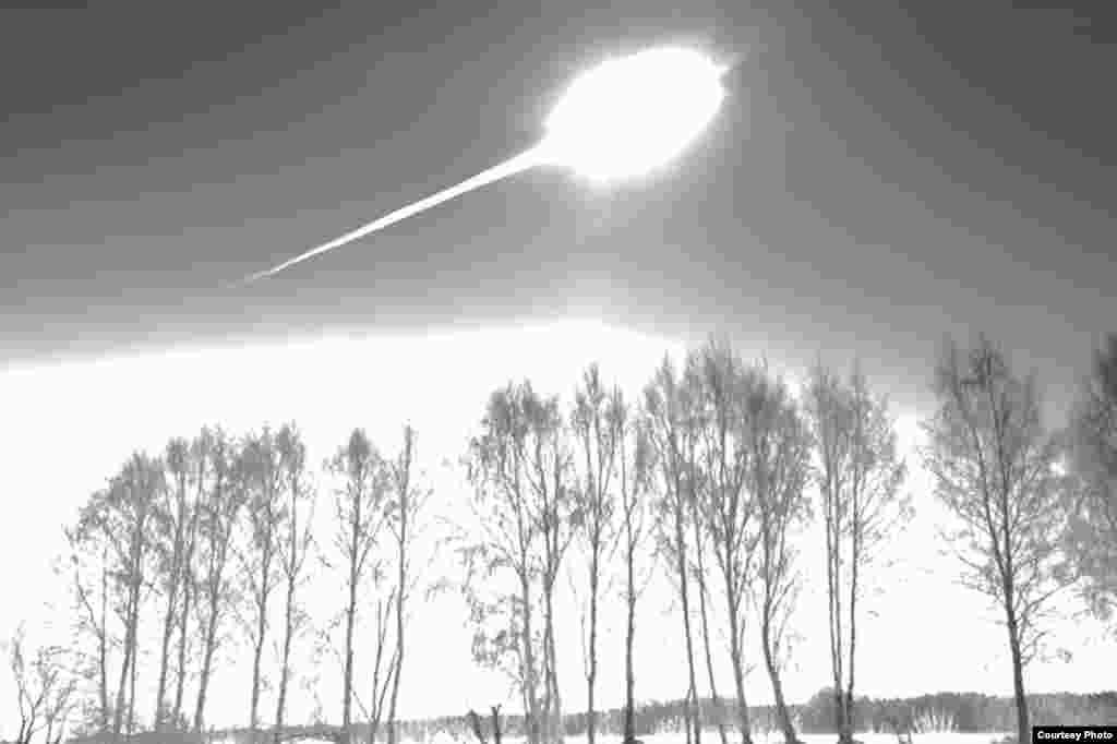 9:20:33. Метеорит һич көтелмәгәндә шартлый. Камера шартлау булган якка диярлек (югарыдагы фотода) каратып штативка урнаштырылган була. Панорама күренеше өчен чираттагы фотоны төшерергә дип ракурсны үзгәртергә җыенган Марат ян якта көчле шартлауны күреп ала һәм тиз генә борылып шартлау яктылыгын иң көчле чагында фотога төшереп ала. Метеорит шартлау бар тирә якны яктырта.