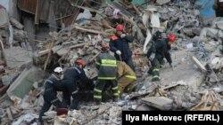 آرشیف، عمله نجات در حال پیدا کردن اجساد و گیر ماندهها در زیر آوار در ماگنیتوگورسک روسیه