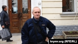 Предприниматель и правозащитник Владимир Новиков в Севастополе у здания суда