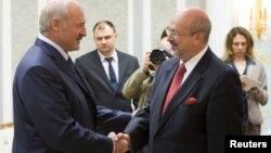 Аляксандар Лукашэнка вітаецца зь Лямбэртам Заньерам