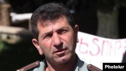 Ветеран Карабахской войны Володя Аветисян во время акции протеста на площади Свободы, Ереван июнь 2013 г.