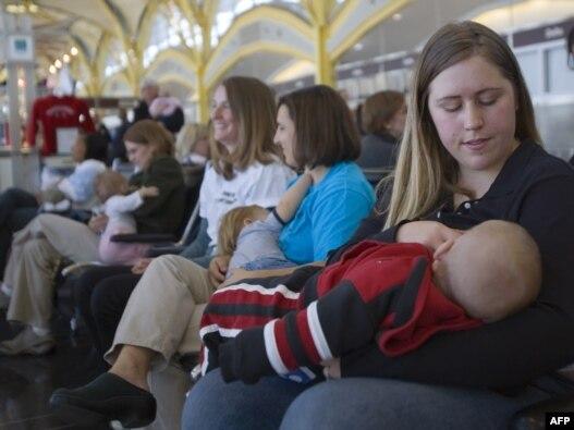 شماری از مادران آمریکایی در حال شیر دادن به نوزادان خود.