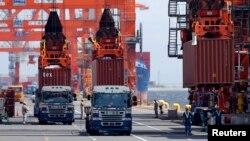 В Токийском порту идет загрузка автомобилей, 2013. Иллюстративное фото.