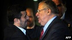 Jalal Talabani (sagda) Eýranyň prezidenti M.Ahmedinejat bilen duşuşýar. Tähran, 26-njy mart, 2010.