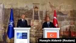 Generalni sekretar NATO-a Jens Stoltenberg i šef turske diplomatije Mevlut Čavušolu na konferenciji za novinare u Istanbulu