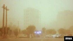 یک مقام دانشگاه علوم پزشکی اهواز: به دنبال وقوع پدیده گرد و غبار در خوزستان، از روز جمعه تا صبح یکشنبه نزدیک ۷۰۰ تن به مراکز درمانی زیرمجموعه این دانشگاه مراجعه کردند.