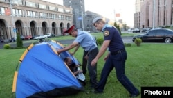 Armenia - Police stop protesters from pitching a tent in front of the Yerevan Mayor's Office, 6Aug2013.