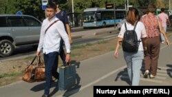 Студент, вернувшийся после каникул в город на учебу. Алматы, 27 августа 2019 года.