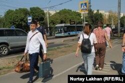 Жазғы демалысын ауылда өткізіп, қаладағы оқуына оралған студент. Алматы, 27 тамыз, 2019 жыл. Көрнекі сурет.
