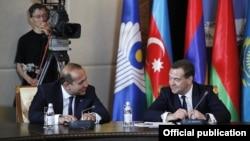 Казахстан - Премьер-министр Армении Овик Абрамян (слева) и премьер-министр России Дмитрий Медведев во время заседания глав правительств стран СНГ, Бурабай, 29 мая 2015 г.