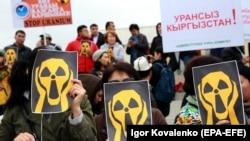 Қырғызстанда уран өндіруге қарсы шеруге қатысушылар. Бішкек, 26 сәуір 2019 жыл.