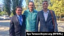 Павло Степанченко (посередині) разом з адвокатами, Андрієм Логіновим (зліва) і Олексієм Ладіним (праворуч)