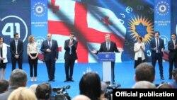Новые члены правящей партии в общении с журналистами были немногословны, отмечали достижения «Грузинской мечты» и говорили, что будущие прорывы будут еще более новаторскими и прогрессивными