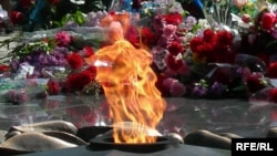 Цветы у мемориала с вечным огнем в Алматы. Архивное фото. 2009 год.