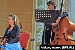 Америкалық музыканттар Сара Альден мен Роберт Блэк. Алматы, 6 қазан 2016 жыл.