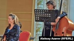 Музыканты из США Сара Альден (альт) и Роберт Блэк (контрабас) слушают исполнение на домбре. Алматы, 6 октября 2016 года.