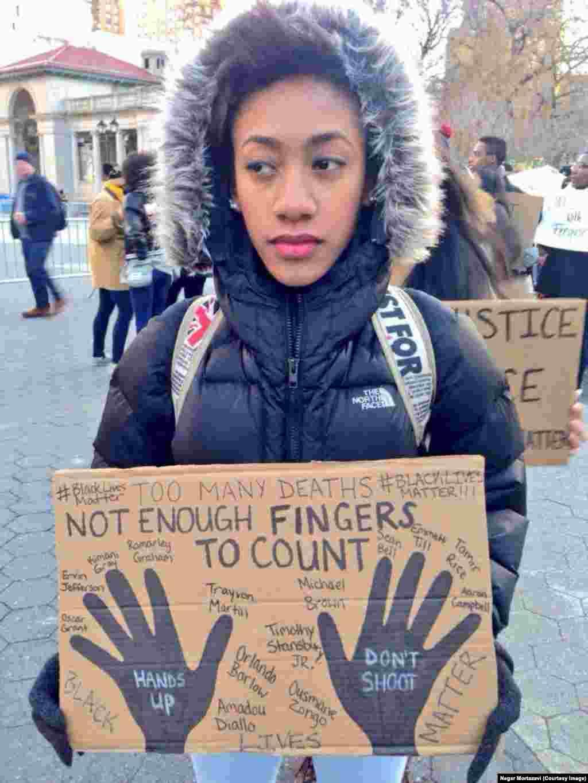 تظاهرات در نيويورک؛ بعد از ماجراهای به وجود آمده در فرگوسن، تعدادی از اهالی بقيه شهرهای آمريکا، از جمله نيويورک هم به اعتراض پرداختند و دست به تظاهرات زدند.عکس از نگار مرتضوی برای رادیو فردا