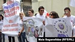 """""""Крысы!"""" – скандировали сегодня участники акции перед зданием сакребуло – городского совета Тбилиси. Этим нелестным прозвищем организаторы митинга – сторонники """"Национального движения"""" – окрестили бывших соратников, переметнувшихся на сторону победившей коалиции """"Грузинская мечта"""""""