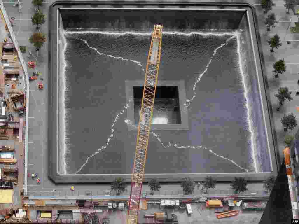 Будаўніцтва мэмарыялу памяці ахвяраў 11 верасьня 2001 году на месцы разбураных вежаў Усясьветнага гандлёвага цэнтру, 7 верасьня 2011 году.