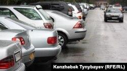Алматы көшесіндегі автокөліктер. 12 қыркүйек 2010 жыл. (Көрнекі сурет).