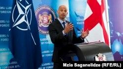 «НАТО будет больше представлен в Грузии, тогда как Грузия будет больше представлена в блоке», – пообещал сегодня Джеймс Аппатурай во время встречи в Министерстве обороны