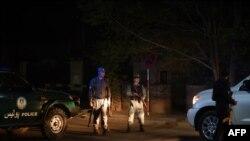 Ауған қауіпсіздік күштері Кабулдегі шабуыл жасалған қонақүй маңын қоршап тұр. 26 мамыр 2015 жыл.