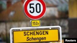 Shenja që sinjalizon fillimin e fshatit Schengen në Luksemburg