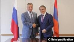 Председатель Национального собрания Армении Ара Баблоян (справа) и председатель Госдумы ФС России Вячеслав Володин (архив)