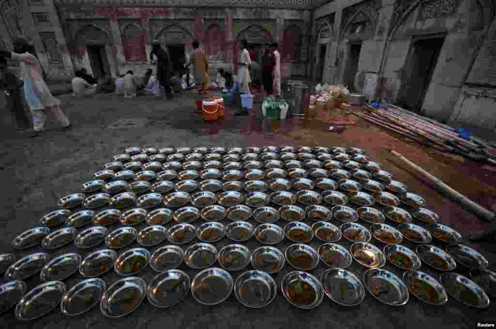 Рамадан – найсуворіший і найдовший пост Ісламу На фото – тарілки з курячим м'ясом, готові до роздачі під час вечірньої трапези в Рамадан. Пакистан