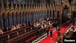 Солдан оңға қарай: Гарри ханзада, Уильям ханзада және аббат қызметкері Вестминстер аббаттығында. Лондон, 29 сәуір 2011 жыл. (Көрнекі сурет)