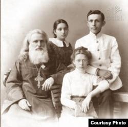 ამბროსი ხელაია ოჯახთან ერთად.