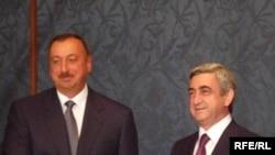 Президенты Азербайджана и Армении Ильхам Алиев (слева) и Серж Саргсян