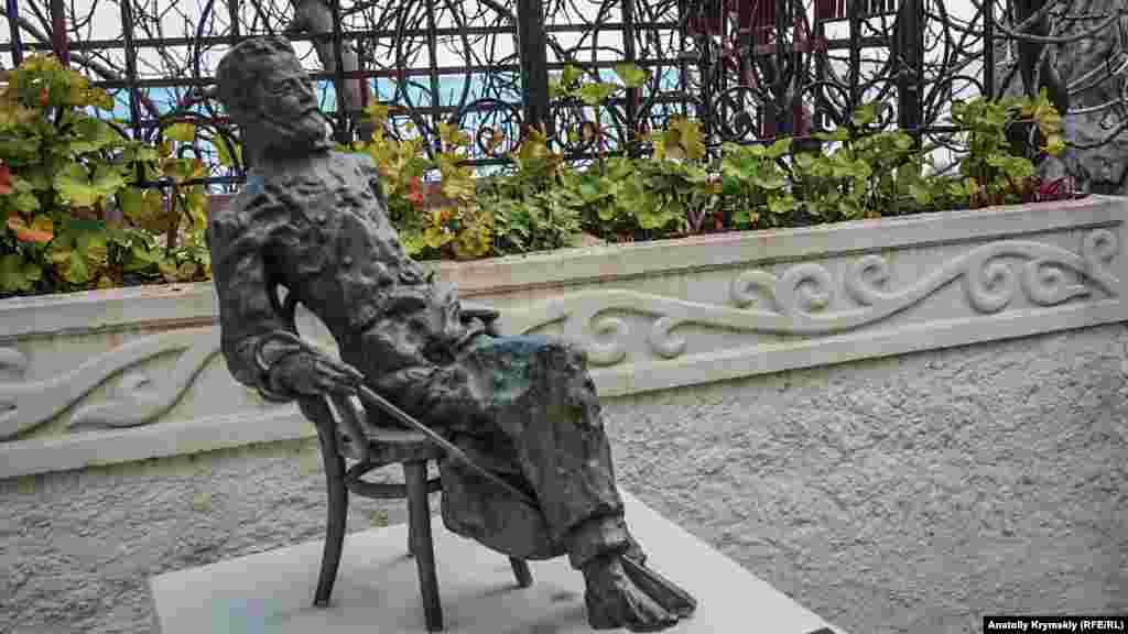 Бронзовый Чехов отдыхает во дворике дачи