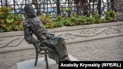 Скульптура Антона Чехова во дворике его дачи в Гурзуфе