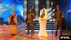 """""""Алтын домбыраны"""" күзеткен сарбаздар. Астана. 9 желтоқсан, 2012 жыл."""