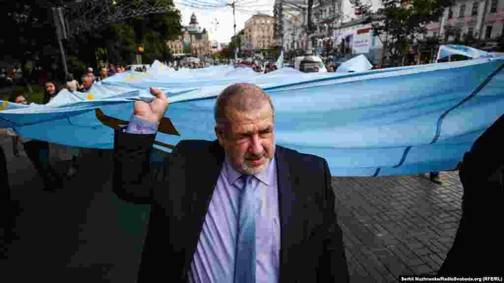 Председатель меджлиса крымских татар Рефат Чубаров принял участие в шествии.