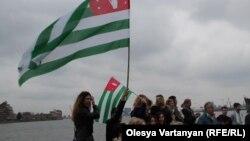 Местные абхазы решили собраться вдали от городской суеты – близ Королевского парка в Гринвиче. У выхода на каменную набережную Темзы они развернули абхазские флаги и плакаты с призывом признать геноцид черкесов