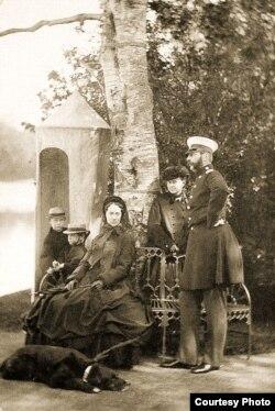 Александр II в семьей в Ливадии. 1864