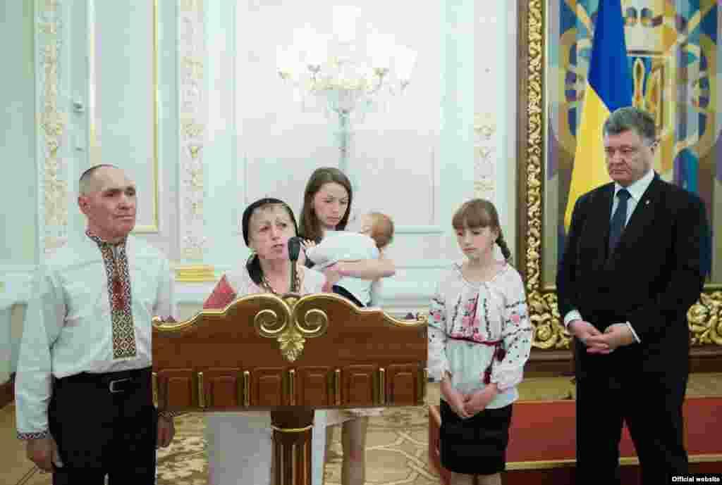Мати Івана Зубкова подякувала за високу нагороду і висловила переконання, що справу її сина доведуть до кінця його бойові побратими