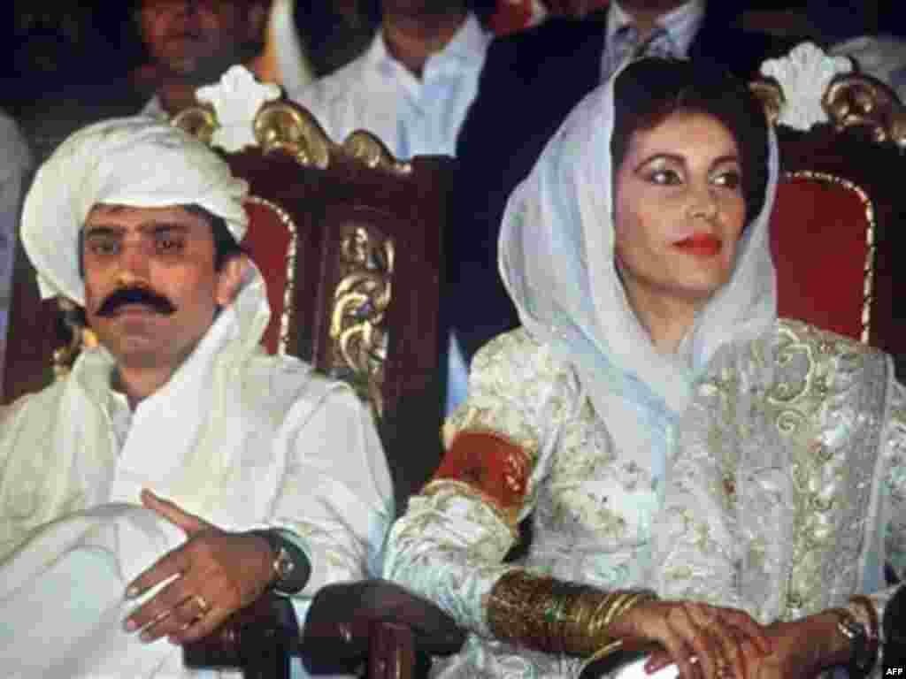 هجدهم اوت سال 1987: بی نظیر بوتو با آصف علی زردری در شهر کراچی ازدواج کرد.