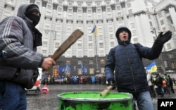 Протестующие блокируют походы к правительственным зданиям в Киеве, 6 декабря