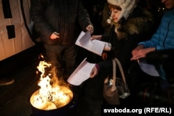 """Минск, 17 февраля 2017 года, участники """"Марша рассерженных белорусов"""" сжигают полученные извещения с требованием уплатить """"налог на тунеядство"""""""