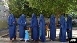 Афганские женщины на избирательном участке в Джелабаде.