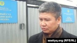 Ағызбек Төлегенов, Ақтөбе гарнизоны әскери сотының жанында. Ақтөбе, 01 қараша 2011 жыл.