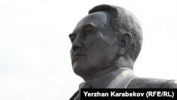Нурсултан Назарбаевге тургузулган эстеликтердин бири. Алматы шаары.