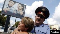 Задержание Евгении Чириковой в ходе акции в Москве
