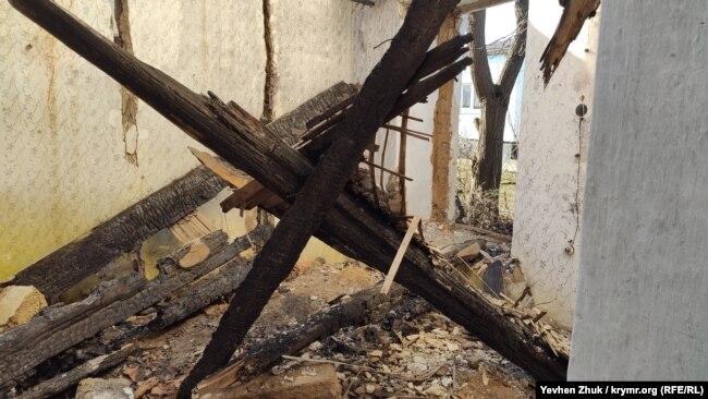 Сгоревшие и обвалившиеся балки перекрытий и стропила
