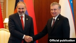 Turkmenistan -- Armenia's Prime Minister Nikol Pashinian (L) and Uzbekistan's President Shavkat Mirziyoyev meet in Ashgabat, October 11, 2019.