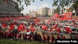 Після ходи Хрещатиком КПУ провела мітинг на Європейській площі в Києві, 1 травня 2013 року